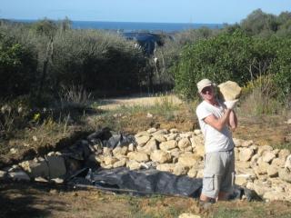 Chris colocando piedras